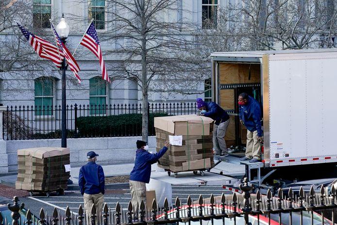 Verhuizers brachten donderdag een lading ongeplooide dozen naar het Witte Huis. De verhuis van Donald Trump uit het Witte Huis is van start gegaan.