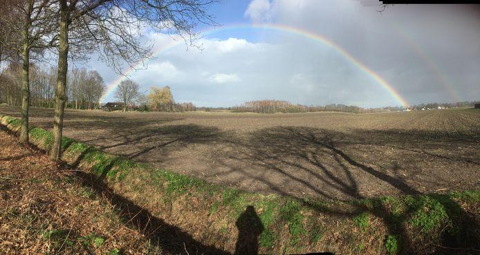 Regenboog met schaduwen in Milheeze (lezersfoto).