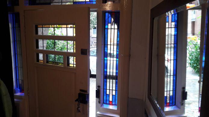 De voordeur op een kier