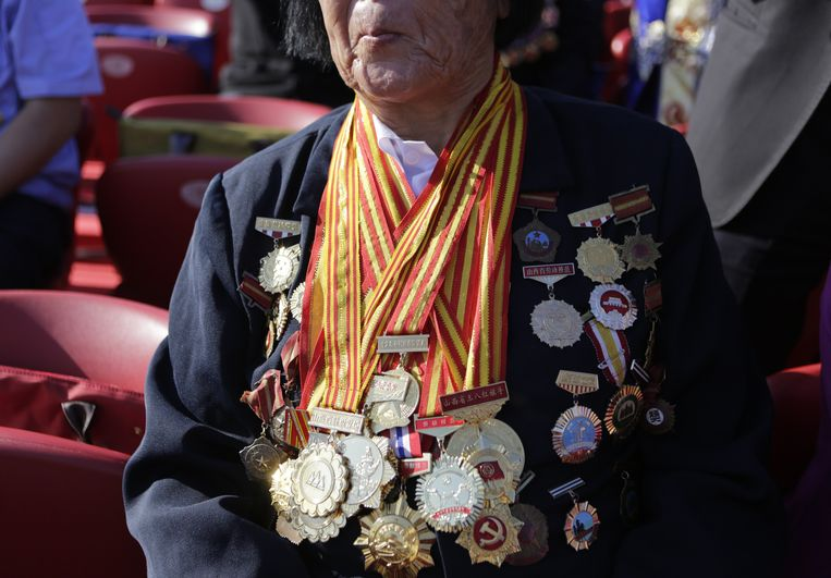 BEIJING, CHINA - SEPTEMBER 03: Shen Jilan wearing insignias and medals sits, ahead of the military parade to mark the 70th Anniversary of the end of World War Two on September 3, 2015 in Beijing, China. Shen, 85, is the only person in China to be elected 12 consecutive times as a member of China's parliament, after she was appointed to China's first National People's Congress (NPC) in 1954, according to local media. China is marking the 70th anniversary of the end of World War II and its role in defeating Japan with a new national holiday and a military parade in Beijing. (Photo by Jason Lee - Pool/Getty Images) Beeld null