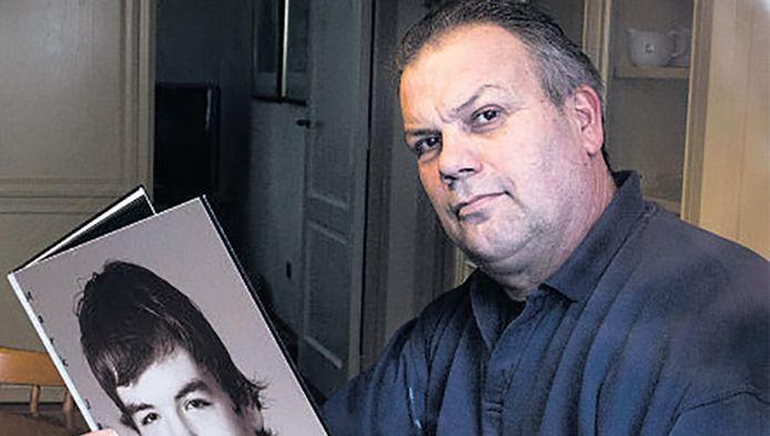 Jan Jansen met een foto van zijn omgekomen zoon Mark. 'Als de politieagent zijn sirenes had aangezet, was het misschien heel anders afgelopen.'