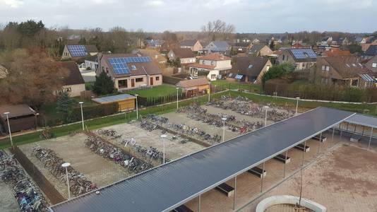 De fietsenstalling is, in tegenstelling tot enkele banken op de speelplaats, niet overdekt.