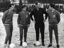 12 januari 1966. Bondscoach Georg Kessler tweede van rechts) met de drie nieuwelingen Willy van  der Kuijlen, Willy Dullens en Johan Cruijff.