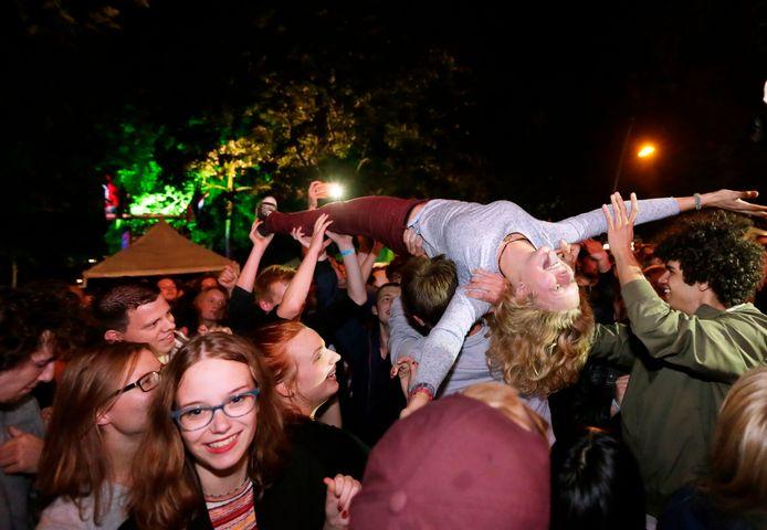Het publiek van Breda Barst gaat uit zijn dak bij het optreden van De Staat in 2015.