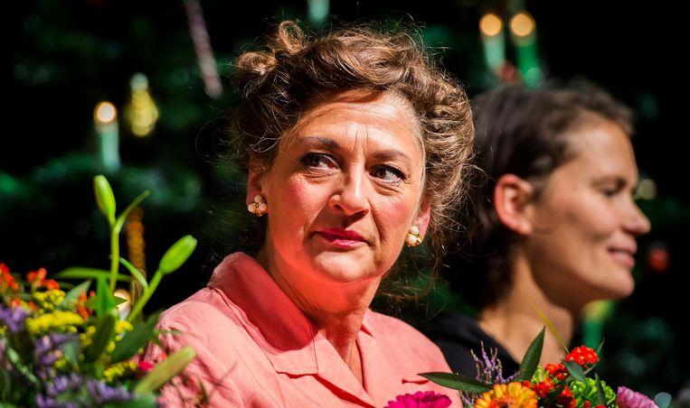 Annet Malherbe tijdens het slotapplaus na de premiere van het toneelstuk Annie M.G. op Soestdijk. Beeld anp