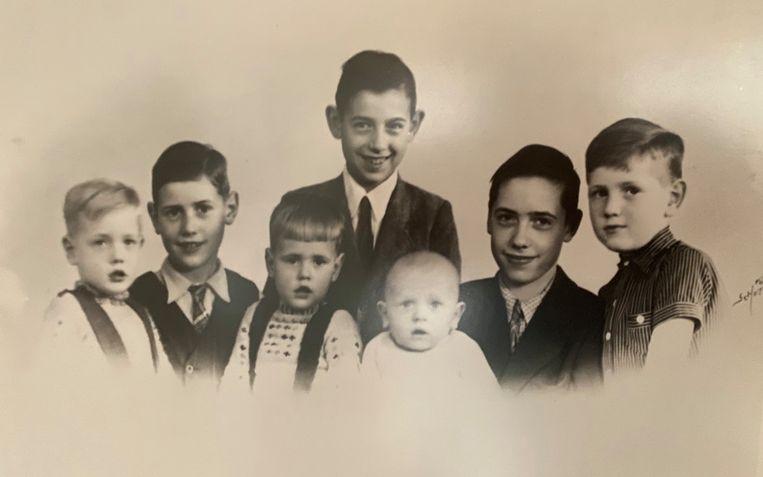 Dolf en zijn zes broers, de jongste van het gezin overleed als klein kind Beeld Privécollectie