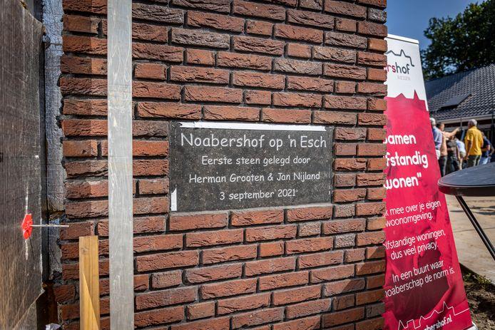 De eerste steen van Noabershof op 'n Esch werd vrijdagmiddag onthuld.