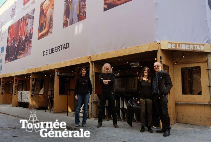 Het team van het legendarische Leuvense café De Libertad in de Munststraat in Leuven is klaar voor de heropening. Dat er stellingen staan omdat er aan de verdiepingen boven het café wordt gewerkt, is niet te zien. Die werden vakkundig vermomd als tussenschotten voor het terras.
