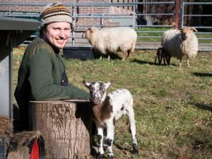 Vloggende schaapherder Daniël (39) maakt lammetjes-tv en dat is een regelrechte hit
