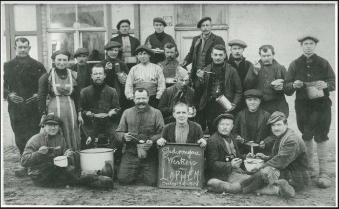 Opgeëiste arbeiders in Loppem drinken soep tijdens WO I.