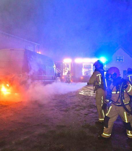 Bedrijfsbus vliegt in brand in Dommelen, flinke schade aan achterzijde
