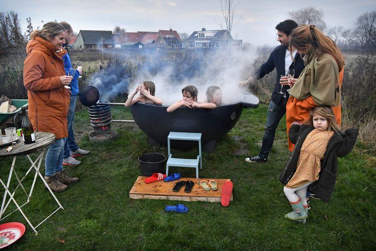 Een nieuwjaarsborrel in de achtertuin in plaats van in het café. Beeld Marcel van den Bergh / de Volkskrant