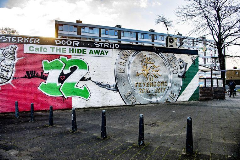 Schade aan het Feyenoordcafé The Hide Away door een explosief.  Donderdagnacht vonden niet alleen bij dit café maar ook op twee andere plekken in Rotterdam explosies plaats.  Beeld ANP