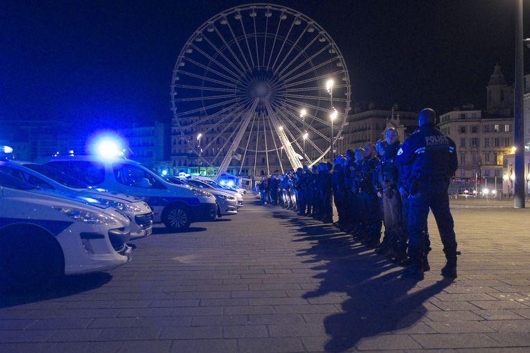 Zo'n honderd leden van de Franse politie protesteren in de oude haven van Marseille. Beeld AFP