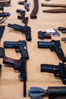Automatische wapens, explosieven en munitie: vader en zoon hoeven niet de cel in voor huis vol wapens
