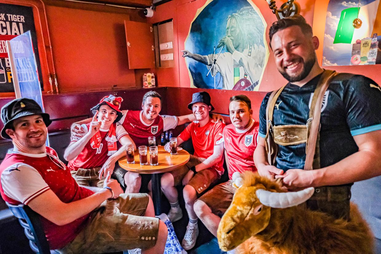 Oostenrijkse supporters op de Wallen: 'Wir singen rot, wir singen weiß, wir sind rot-weiß Österreich.' Beeld Joris van Gennip