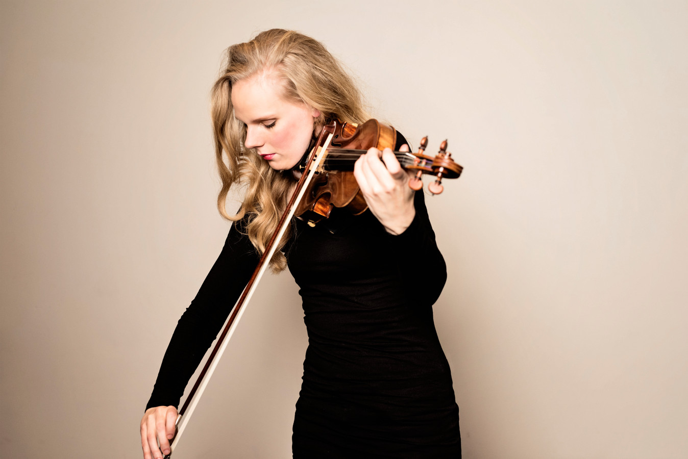 Violiste Simone Lamsma soleerde vrijdagavond met Philharmonie Zuidnederland tijdens een livestream-concert.