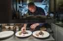 Boet Berendsen van restaurant De Oliemölle in Borculo maakt twee wildgerechten klaar.