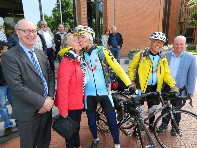 Op 17 mei 2018 kreeg Roland Hurtecant bij de start van zijn fietstocht naar Vladivostok nog een kus van zijn vrouw Mariëtte. Hij werd uitgewuifd in Aalter samen met zijn Japanse fietsvriend.