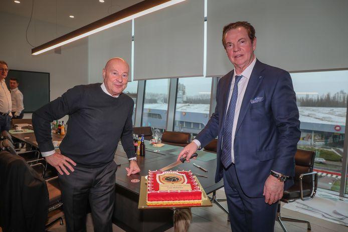 D'Onofrio en Gheysens snijden taart aan voor Gouden Schoen Refaelov.