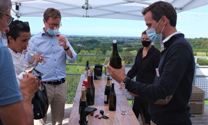 """Martin Bacquaert presenteert zijn wijnen aan wijnliefhebbers. Bert De Clerck (links) twijfelt niet over de kwaliteit: """"Een topproduct!"""""""