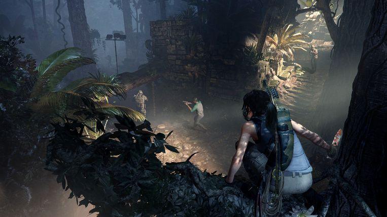 Lara houdt Trinity-schorem in de gaten vanuit een boom.