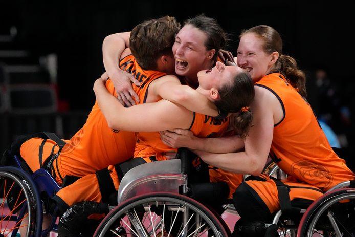 De Nederlandse rolstoelbasketbalsters vieren feest.