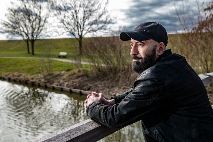 Hasan Kaddour voelt zich thuis in het Sallandse dorp Olst. ,,Misschien komt het omdat ik een dichter ben, maar de warmte uit de huizen voelde ik echt op straat.''