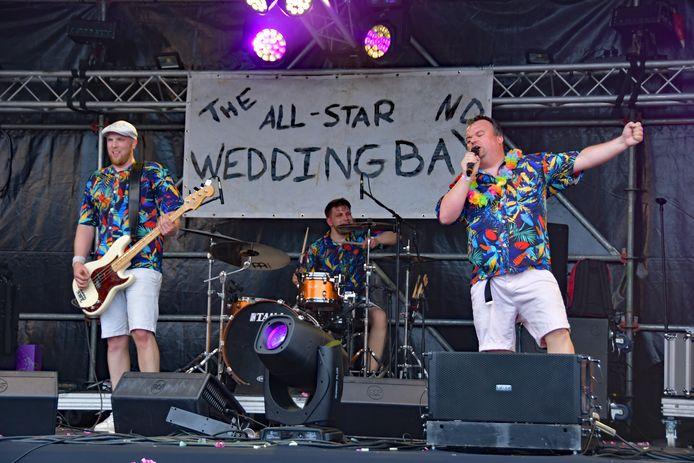 The All-Star Wedding Band bouwt een feestje tijdens Vogelrock in Vogelwaarde.