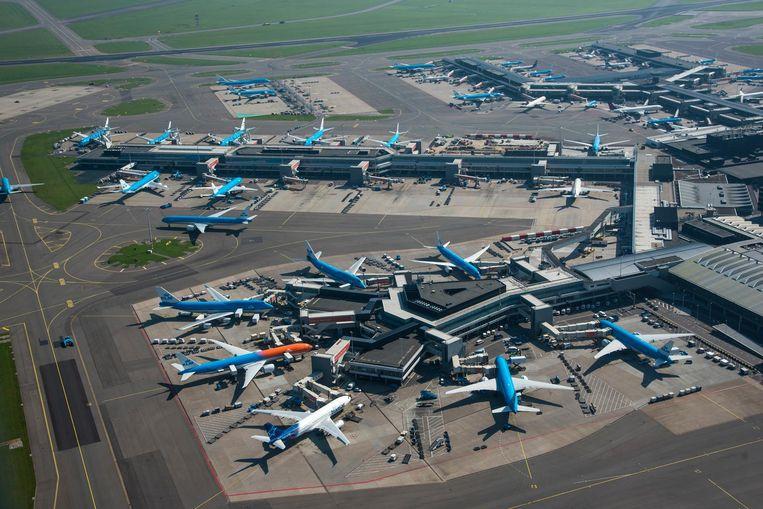 Luchtfoto van Schiphol Centrum, met vliegtuigen aan de gate bij de F-pier. Beeld anp