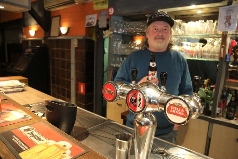 Cafébaas Hans Sinnaeve (48) staat dit weekend voor het laatst achter de toog van café Den Ouverluup.