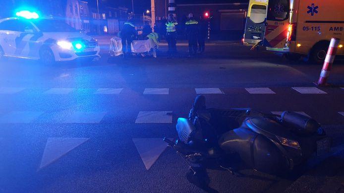Een scooter en een auto kwamen met elkaar in botsing.