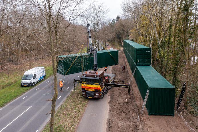De 12 meter lange containers worden tussen het fietspad van de Ceintuurbaan en het bungalowpark rechts daarvan geplaatst, als geluidsscherm.