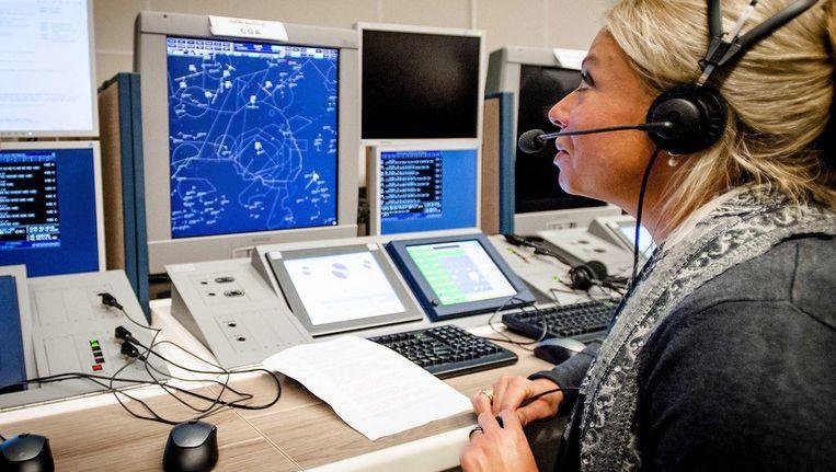 Minister Hennis aan de slag op een nieuw luchtverkeersleidingscentrum Beeld epa