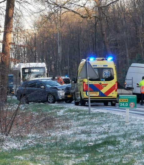 Puinhoop op N344 bij Apeldoorn: vijf voertuigen met elkaar in botsing