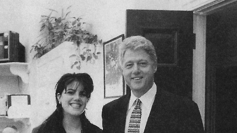 Toenmalig Amerikaans president Bill Clinton in 1996 met Monica Lewinsky. Zijn affaire met de stagiaire speelt vandaag nog een rol in de presidentscampagne van zijn vrouw Hillary. Beeld belga
