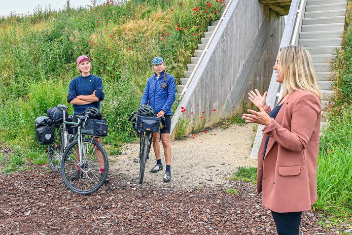 De Steenbergse wethouder Esther Prent ontvangt Irene Maaskant en Laura Maat bij Fort Henricus. De twee fietsambassadeurs rijden de Waterlinieroute, een tocht van 410 kilometer tussen Bergen op Zoom en Edam.