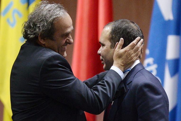Prins Ali wordt getroost door Michael Platini. Beeld EPA