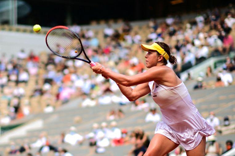 Anastasia Pavlioetsjenkova retourneert de bal in haar halve finale in Parijs. Beeld AFP