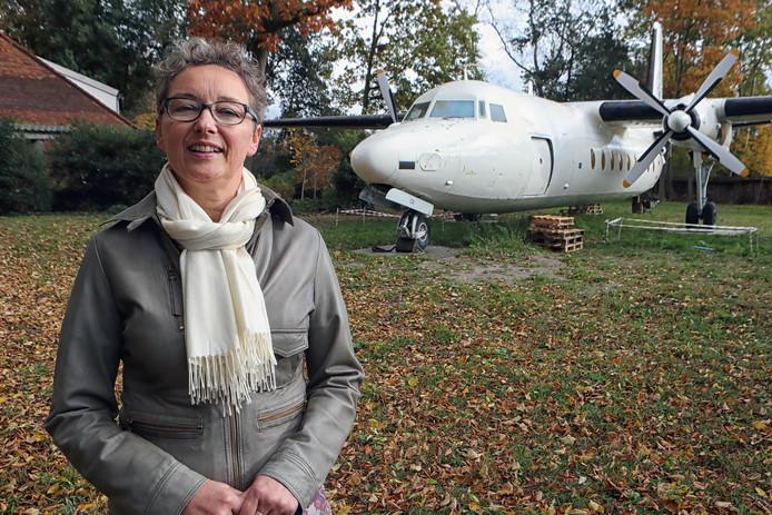 Esther Slootweg is blij met haar Fokker in de tuin.