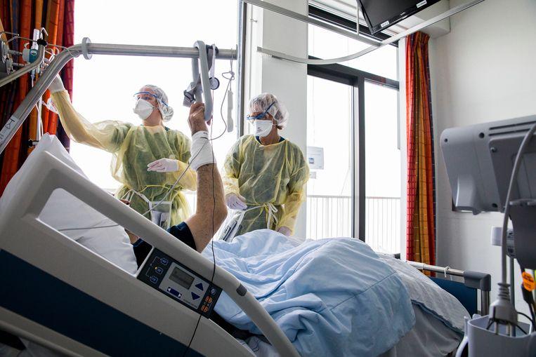 Een patiënt op de corona-afdeling van het Ikazia-ziekenhuis in Rotterdam. Beeld Arie Kievit