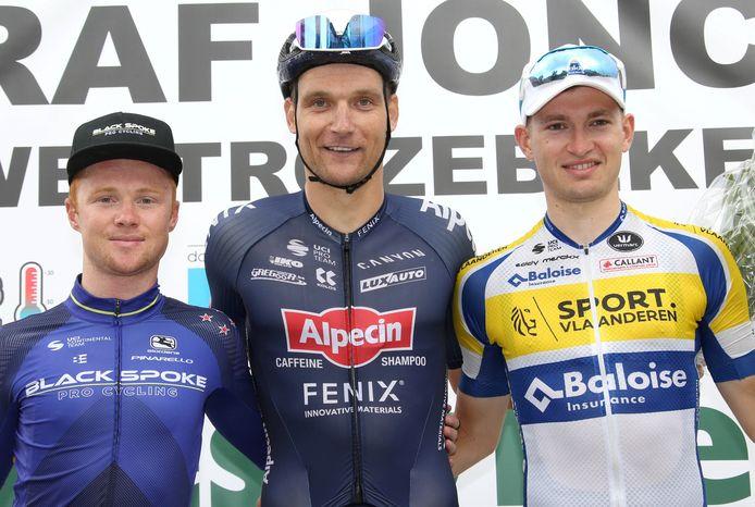 Op het podium van de GP Raf Jonckheere in Westrozebeke flankeerde Aaron Verwilst (rechts) winnaar en trainingsmaat Jonas Rickaert en de Nieuw-Zeelander Luke Mudgway.