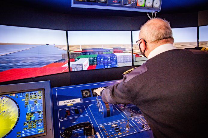 In de Hogere Zeevaartschool in Antwerpen werd vanmiddag een simulatie gedaan van de omstandigheden rond het incident met het vastgelopen vrachtschip Ever Given: docent Peter Dotselaere.