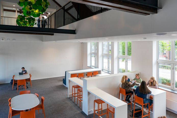 Zowel op de beneden- als de bovenverdieping is een gemeenschappelijke leerplek ingericht .
