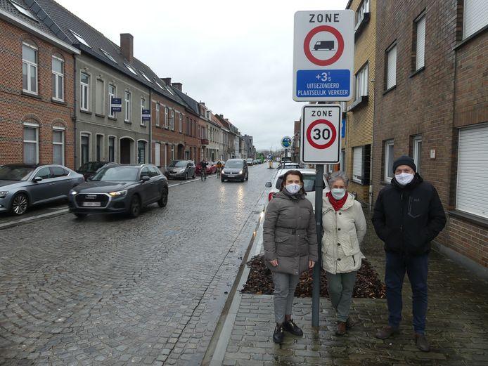 Annick Verstraete en Peter Parmentier met bewoonster Marianne Gaeremynck in de Oude Brugsepoort.