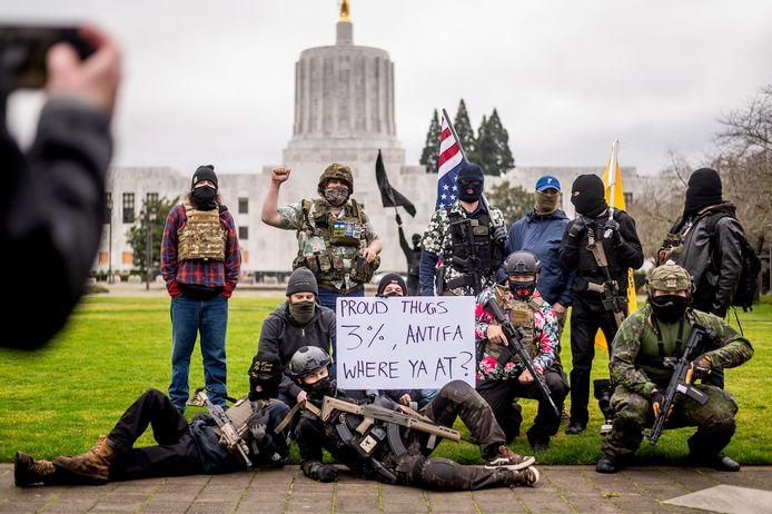Zwaarbewapende zogenoemde 'Liberty Boys' poseren voor het staatsparlement van Oregon in Salem.