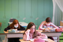 De leerlingen van lagere school GeBo dragen een mondmasker tijdens de les