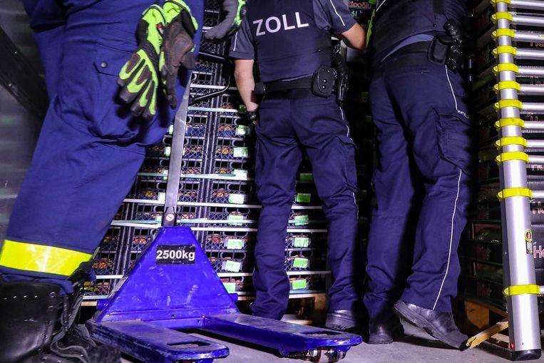 Politie en douane controleren koelwagen nadat 31 migranten werden aangetroffen.
