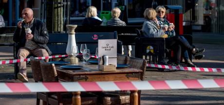 Horeca in actie: op de Markt in Tiel staan de tafels keurig gedekt, maar niemand die eraan mag zitten