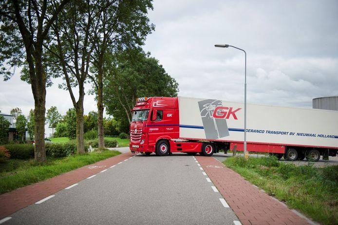 Vrachtwagens van de tuinbouwbedrijven bij Bruchem en Kerkwijk gaan een stukje omrijden om de dorpen te ontlasten.
